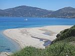 Het wandelende grote zandstrand bij Marmari, Griekenland