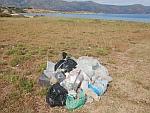 De vuilnis na een paar dagen strandruimen, Griekenland