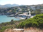 Klein strandje in de Limniola baai op Salamina, Griekenland