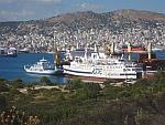 Bedrijvigheid op de zee tussen Salamina en Perama, Griekenland