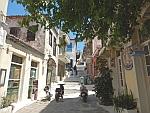 Omhoog lopende straatjes in Poros, Griekenland