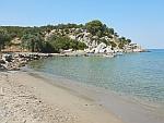 Het strand aan de Vagionia baai, Poros, Griekenland