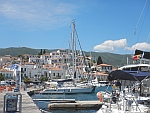 Poros ligt tegen een heuvel aangebouwd, Griekenland