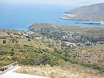 In de verte ligt het stadje Andros met de vuurtoren iets uit de kust, Griekenland