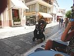 Je kunt baby's alleen achterlaten op straat in Andros, Griekenland