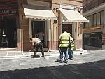 De stoepranden in Andros worden gewit, Griekenland
