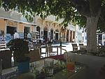 Uitpuffen in de schaduw op een terrasje in Andros stad, Griekenland