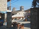 Het is aangenaam zitten op het plein van Afytos, Griekenland